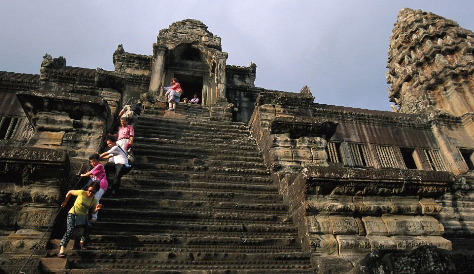 Храмы Ангкор-Ват, Камбоджа Храмовый комплекс Ангкор-Ват в Камбодже— знаковое место для буддистов со всего мира. Нет ничего постыдного в том, чтобы карабкаться по ведущим к самому верхнему храму ступенькам на четвереньках или с помощью специальных веревок, ведь уклон у лестницы — примерно 70 градусов. Местные гиды объясняют, что лестница была сделана столь крутой, чтобы напомнить людям, что попасть на небеса — занятие не самое простое. Впрочем, находясь наверху, то же самое вы можете подумать и о спускании с небес.