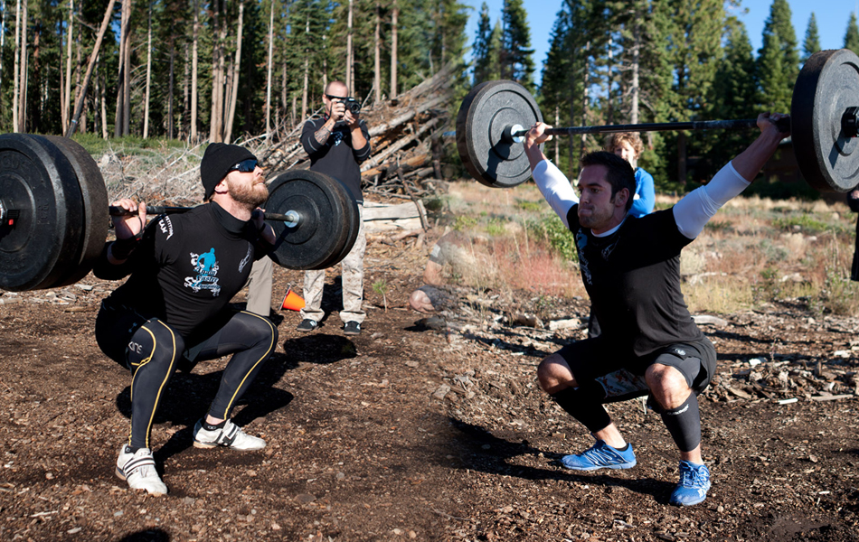 Круговые тренировки Круговая тренировка означает серию упражнений, выполняемых подряд, без остановок и пауз. Хорошо продуманная схема может прокачать все группы мышц, которые пригодятся в походе и, заодно, натренировать сердечную мышцу. Опытные туристы советуют такую программу тренировки: 20 приседаний (в идеале, с дополнительным весом), 20 отжиманий, 10-15 выпрыгиваний из низкого седа, 20 выпадов на каждую ногу. Повторить цикл четыре-пять раз.