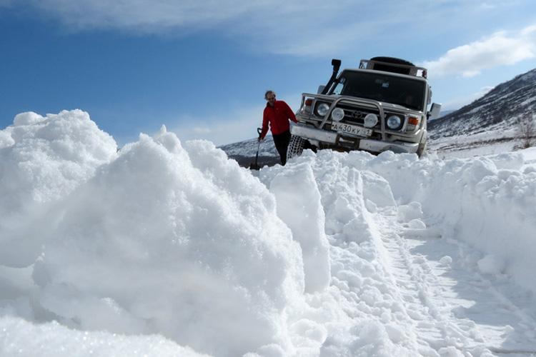 Очень важно освободить как можно больше пространства для вашего авто. Выгрести снег из-под колес и днища нужно таким образом, чтобы машина могла хотя бы чуть-чуть проехать вперед и назад. Если лопаты в вашем багажнике не обнаружено, попробуйте сделать это руками или (если снег грязный) на худой конец попрыгайте в машине, чтобы утрамбовать под ней снег.