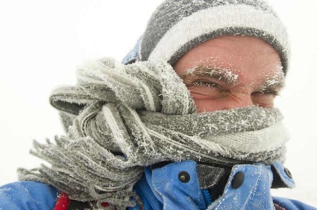 35 - 32 градуса Прошел час. Вас еще не окутал панический страх, но холод уже заставляет ферменты в вашем мозге работать менее эффективно. С каждым градусом, на который опускается температура тела после 35, уровень метаболизма в теле падает на 3-5%. После отметки в 34 градуса вы начинаете постепенно терять память и рассудок. Взглянув на часы, уже спустя полминуты вы можете не вспомнить цифры. Едва ли вам удастся пройти еще хоть сколько-нибудь значительное расстояния. Вы падаете в сугроб и запрокидываете голову. Тепло из вашего тела продолжает уходить. Ниже 33 градусов наступает состояние апатии, в 32 — ступор.