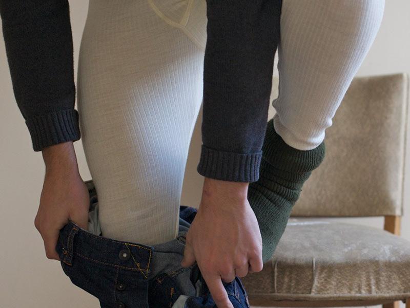Миф #3: Любые кальсоны греют ваши ноги По поводу кальсон существует одна тонкость. Качественные кальсоны должны быть сделаны из шерсти или синтетического волокна, и они действительно будут держать ваши ноги в тепле. Но дешевые кальсоны из хлопка только навредят вам — даже если вы не потеете чрезмерно, обычная естественная влага с вашей кожи проникнет в волокна кальсон и будет охлаждать ваше тело, а не защищать его от холода. Если на улице достаточно холодно, чтобы надеть кальсоны, значит уж и подавно холодно для хлопковой одежды.