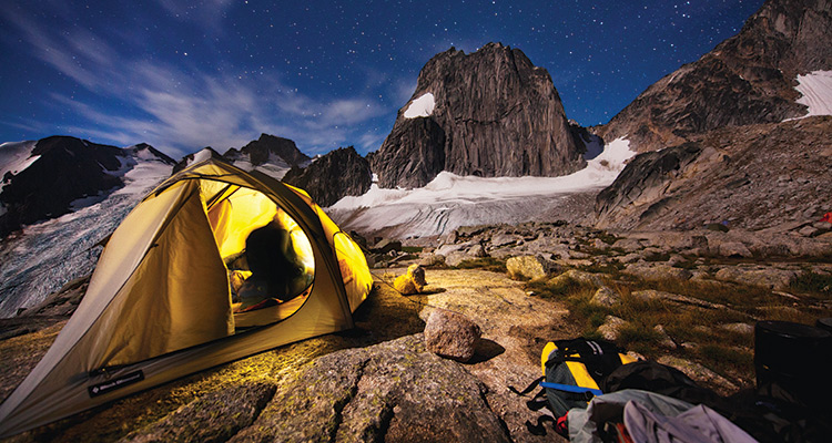 Разбейте лагерь в Бугабу Бугабу — участок горной цепи Перселл в Канадских Скалистых горах в Британской Колумбии. Он окружен ледниками, постоянно поливается дождями, и вообще его обходят стороной все, кто считает это место не самым райским на Земле. Вам нужно будет пройти около 5 километров, поднявшись на высоту 1000 метров, чтобы найти это место с прекрасным видом на трехкилометровый Сноупатч Спайр.
