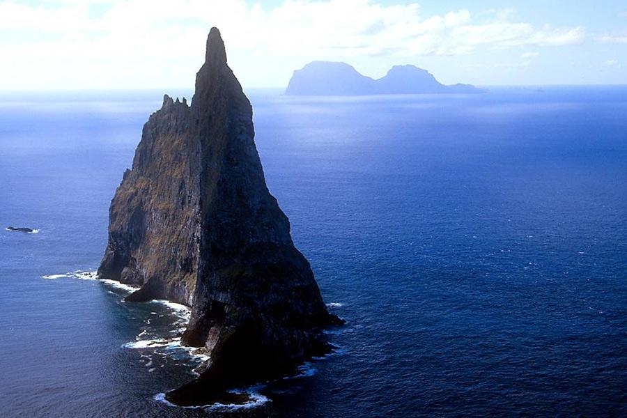 Если вы опытный дайвер, то этот вулканический остров станет для вас отличным испытанием. А если вы еще заинтересованы в изучении видов, обитающих в этой местности, то вам точно стоит паковать сумку со снаряжением.