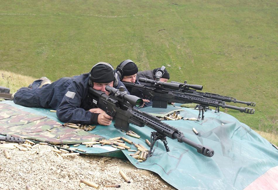Accuracy International AS50 AS50 была впервые продемонстрирована широкой публике в январе 2005 года на выставке ShotShow-2005 в США. 1369-миллиметровое снаряжение весит 14,1 килограмм без оптики и патронов и предназначается в основном для спецопераций. Снайпер может молниеносно сложить или разложить ее и привести в боевую готовность. Высокая точность стрельбы на дальние расстояния, приспособление для крепления различной, в том числе и ночной оптики делают AS50 одним из лучших современных образцов снайперских винтовок.