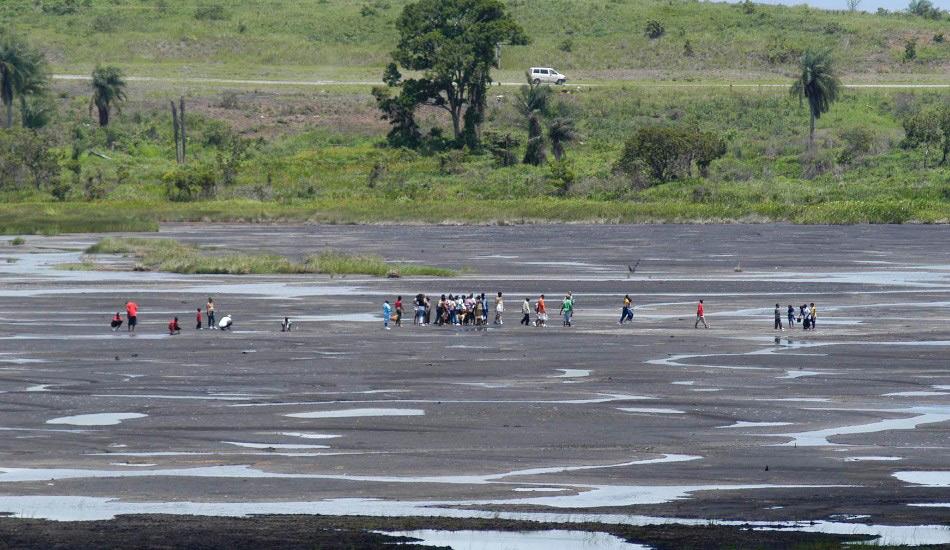Питч-Лейк, Тринидад Некоторые озера бывают очень вязкими, но точно не больше, чем это. Состоящее из примерно 10 миллионов тонн жидкого асфальта и имеющее площадь в 100 акров, озеро Питч-Лейк возле городка Ла Бреа на острове Тринидад представляет собой самые большие залежи природного асфальта на планете. Эта вязкая смесь воды, природного газа, битума и минералов была главным источником асфальта в мире, начиная с 1595 года.