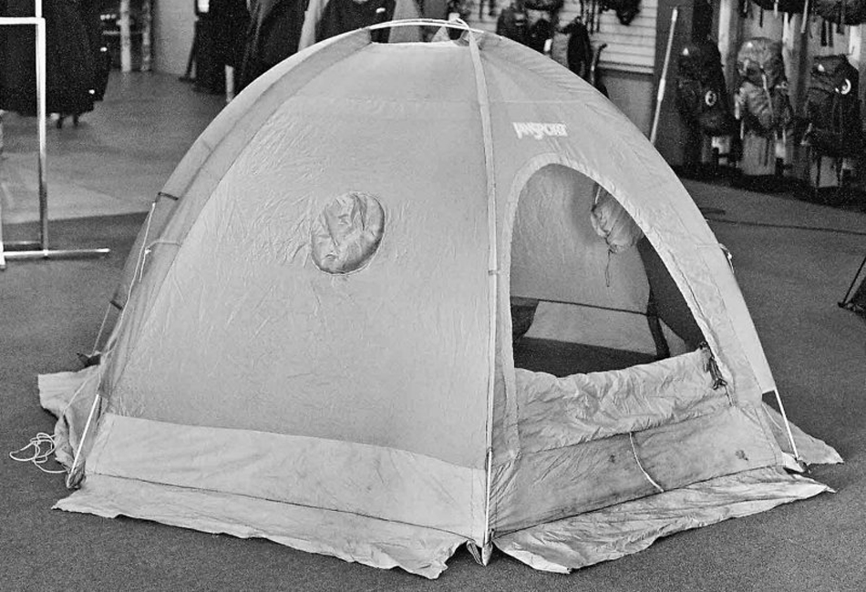 В одно время с A-16 Dome Tent появилась палатка JanSport Mountain Dome Tent. Палатка также использовала последние инженерные мысли того времени — двухслойную конструкцию верха с водоотталкивающей пропиткой, сегментированный разборный каркас из алюминия и небольшой вес.