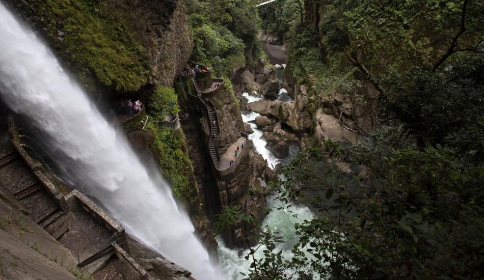 Водопад Пайлон дель Дьябло, Эквадор Приятно знать, что лестница, примыкающая прямо к водопаду, была построена специально для того, чтобы можно было насладиться тропическими пейзажами. Но все же ее название, в переводе звучащее как «дьявольский котел» было выбрано неспроста, учитывая, что преодоление этих крутых ступеней наслаждением назвать едва ли получится. Из-за близости к водопаду вы едва ли сможете найти сухие и нескользкие ступени, как впрочем и металлические перила и ограждения.