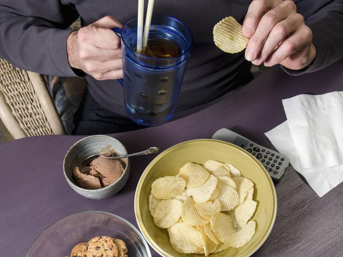 Удар по почкам Чем больше соли вы едите, тем сложнее вашим почкам работать. Все силы органов идут на то, чтобы переработать излишки натрия. Тем не менее, избытки соли накапливаются в крови и нагрузка передается на сердце. Это повышает давление в артериях и увеличивает нагрузку на весь организм.