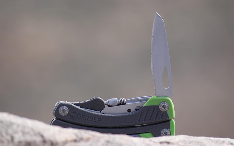 Основной нож Длинная и блестящая поверхность большогоножа хорошо отражает солнечный свет и поэтому отлично подходит для подачи сигналов о помощи. Им также можно сделать стружку для разведения огня, ведь его длинная режущая кромка позволяет резать с большим давлением. Завитки коры или древесины при этом получаются тоньше, а риск повредить нож или руку — меньше.