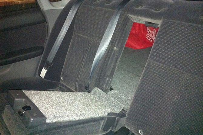 Пробейте себе выход Если машина стоит, и в ней никого нет, вы можете выбить заднее сиденье и выбраться через пассажирскую дверь. Если этого сделать не получается, попробуйте выбить заднюю фару изнутри и позвать на помощь.