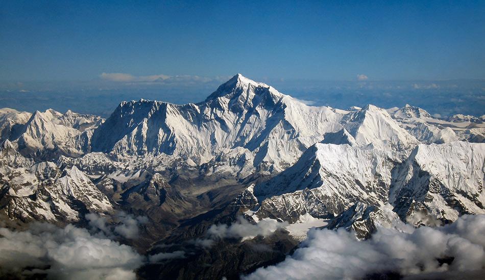 Вершина Эвереста Тот случай, когда дыхание у вас перехватит и в самом буквальном смысле. На высоте почти 9000 метров вы почувствуете себя на вершине мира. Впрочем, покорение Эвереста — самой высокой горной вершины в мире — удел самых стойких и подготовленных, но если вы все-таки решитесь, то самое оптимальное время для этого — май и июнь.