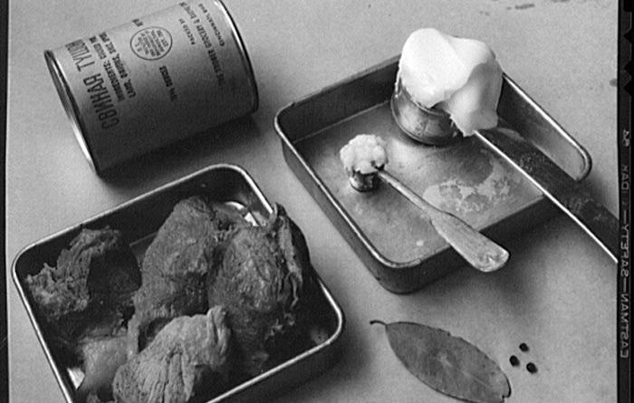В 1915 году русской армии ограниченными партиями начали поставлять так называемую «саморазогревающуюся тушенку». Днище банки поворачивалось, чем приводило в соприкосновение негашеную известь с водой, и в результате реакции получалась подогретое блюдо, причем без всякого дыма, что в военных условиях было критически важно. Это изобретение русского инженера Евгения Федорова после Первой мировой, к сожалению, было забыто в нашей стране, зато сильно впечатлило немцев, к следующей войне успевших наладить серийное производство.