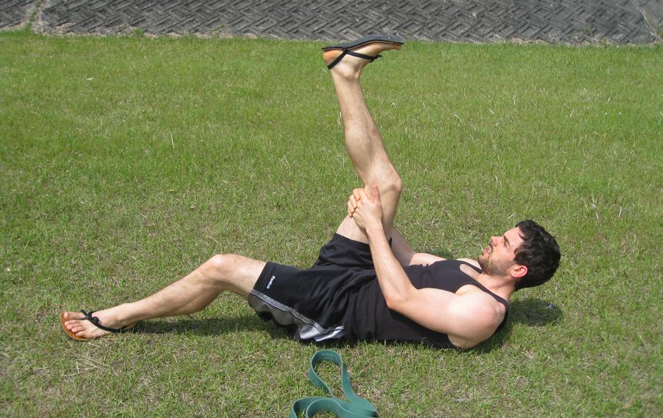 Польза разогрева Представьте, что вы разогреваете мышцы перед длительным походом. Для этого лучше всего подойдут статические нагрузки, которые лучше совмещать с предварительной растяжкой. Планки, шпагат и вообще все, что вы способны сделать с ногами в статическом плане подойдет для повседневной тренировки. Такая схема приведет ноги в подобие машины по поглощению километров, а вас обезопасит от переутомленности и необходимости в частых привалах.