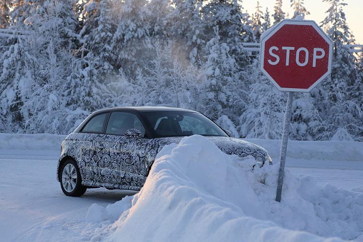 Если под колесами не видно льда, то можно попробовать аккуратно выехать из сугроба. Очень плавно нажимайте на газ, и если авто начнет буксовать, сразу выключайте скорость. Положение колес зависит от привода. На переднеприводных машинах стоит поворачивать руль вправо-влево, пока колеса не встанут на сухую поверхность. В остальных случаях колеса лучше ставить прямо, чтобы машине было легче выбраться из сугроба.