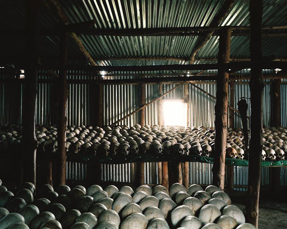 Мемориальный центр геноцида Кигали, Руанда События в Руанде 1994 года — один из самых страшных геноцидов в истории, когда за 100 дней по разным данным было убито от 500 тысяч до миллиона человек. В результате военного переворота к власти пришло временное правительство, состоявшее из этнического большинства страны — народности хуту. Действия армии и отрядов ополчения под его командованием были направлены на полное уничтожение этнического меньшинства — тутси, а также тех хуту, кто придерживался умеренных политических взглядов. Скорость убийств в Руанде в 5 раз превышала скорость убийств в немецких лагерях смерти в годы Второй мировой. Руандский геноцид часто приводят в пример, когда мировое сообщество, и в первую очередь США, критикуют за вмешательство во внутренние дела других государств. Во многом именно пассивная и наблюдательная позиция, которую заняла тогда ООН и позволила случиться столь трагичным событиям. Мемориальный центр в столице Руанды Кигали был открыт в 2004 году в 10-ю годовщину геноцида.