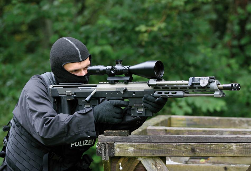 AMP Technical Services DSR-1 Немецкую винтовку DSR-1 можно назвать самой точной, правда, только при стрельбе в идеальных условиях — при использовании специализированных патронов и отсутствии ветра. Она относится к полицейскому или к антитеррористическому оружию и применяется европейскими формированиями типа GSG-9. Профессиональные военные не очень-то жалуют DSR-1 — она восприимчива к грязи и песку, и в реальных боевых действиях, например, когда рядом произошел взрыв, дает осечки.