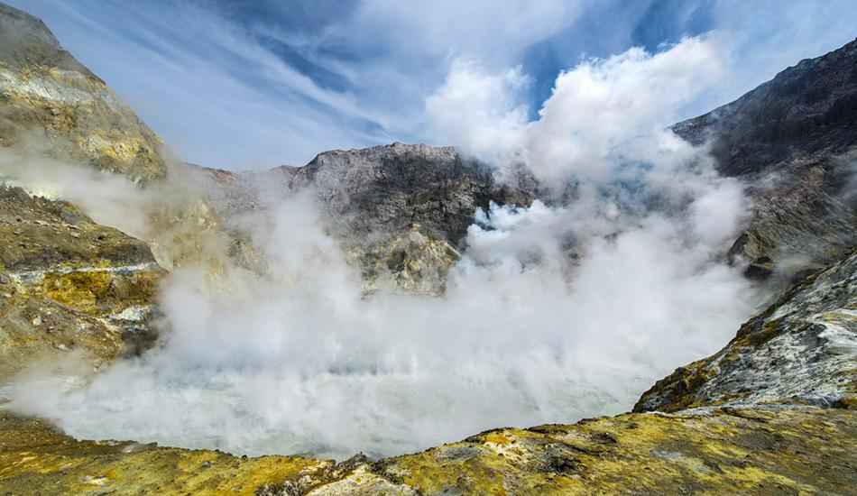 Кипящее озеро, Доминиканская республика В центре этого 70-метрового озерка вода постоянно находится в кипящем состоянии, что сильно затрудняет проведение корректных измерений его температуры, но она колеблется в диапазоне от 82 до 92 градусов. Ученые считают, что этот покрытый паром котлован на деле является либо фумаролой (трещина и отверстие в кратере и у подножия вулкана, служащее источником горячих газов), либо чем-то вроде вентиляционного отверстия, которое ведет прямиком к вулканической магме.