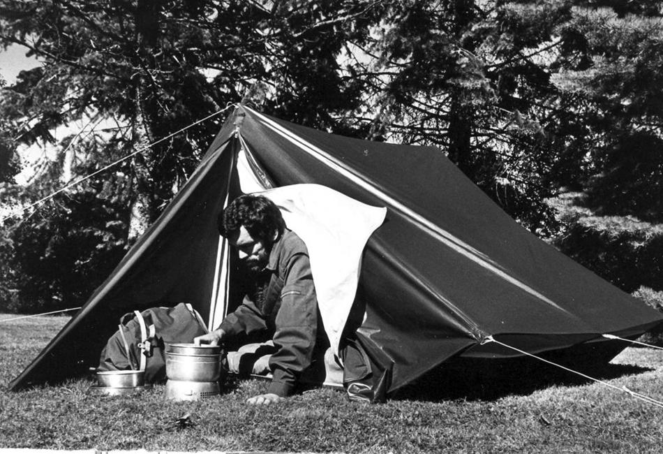 Силикон — друг путешественника. В 1971 году профессиональный шведский лесничий Бо Хиллеберг создает небольшую компанию по производству палаток Hilleberg AD, которая дебютирует в 1973 с палаткой Hilleberg Keb. Это была первая двухслойная палатка, разработанная на территории Европы. Keb представлял из себя классическую двускатную конструкцию с внутренней палаткой, которая устанавливалась одновременно вместе с внешней. В 1975 году бельгийские поставщики попросили Бо Хиллеберга провести полевые испытания образцов ткани с силиконовым покрытием. Результаты тестов превзошли все ожидания – материал, обработанный силиконом, становился, по меньшей мере, в 4 раза прочнее, без потери водонепроницаемости и почти без увеличения веса. Секрет заключался в том, что в отличие от полиуретана, остававшегося на поверхности ткани, силикон проникал в саму структуру материала, равномерно покрывая его волокна. С 1975 года все палатки Hilleberg AD производятся с применением материала Kerlon – нейлона с силиконовым покрытием, а Hilleberg Keb вошел в список «100 предметов экипировки, изменивших мир outdoor», по версии редакции журнала Outside.