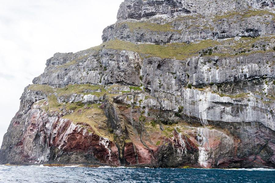 В 1982 году восхождения запретили, а в 1986 году и вовсе был закрыт доступ на остров, однако спустя еще 4 года правила смягчились, и сегодня при соблюдении определенных условий можно взобраться на остров-скалу.