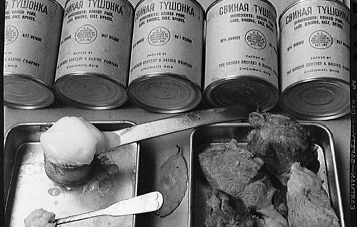 Впрочем, ко Второй мировой приличные запасы тушенки были созданы и в СССР, но армейские склады и базы Госрезерва, где эти запасы находились, располагались главным образом в западной части СССР и по большей части были захвачены немцами. Оставшиеся запасы были исчерпаны к 1943 году. После этого тушенка, которую ели советские солдаты, стала американской. По ленд-лизу — госпрограмме, по которой США передавало своим союзникам боеприпасы, технику, продовольствие и сырье — американцы поставляли в СССР тушенку и другие продукты, дававшие весомые дополнительные калории советским солдатам.