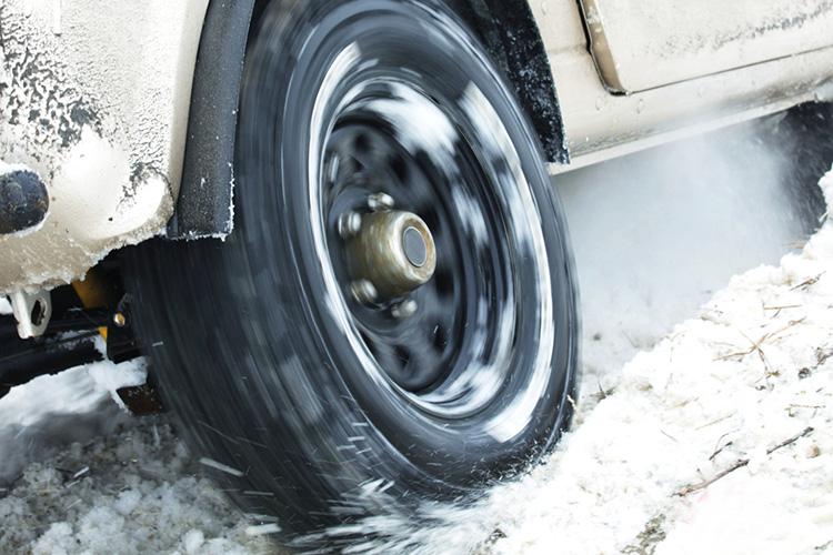 Под ведущие колеса нужно насыпать что-нибудь, что повышает сцепление. Например, песок. В последнее время многие водители начали класть в багажник для этих же целей пакет с кошачьим наполнителем. Так выехать будет гораздо проще. Другой вариант — каменная соль, от которой лед начнет таять. В принципе, можно использовать и поваренную, но в довольно больших количествах. Для этой цели также подойдет стеклоочиститель.