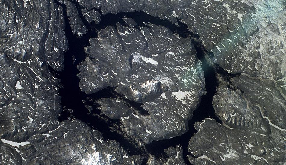 Маникуаган, Канада Если вы не можете определиться, что именно вы хотите посетить — реку или озеро, — езжайте на озеро Маникуаган в канадской провинции Квебек. Это единственное озеро, имеющее форму кольца, появилось около 200 миллионов лет назад, когда гигантский астероид диаметром 5 километров упал на Землю. Результатом его падения и стало это кольцеобразное озеро или, как его еще называют, концентрическая река.