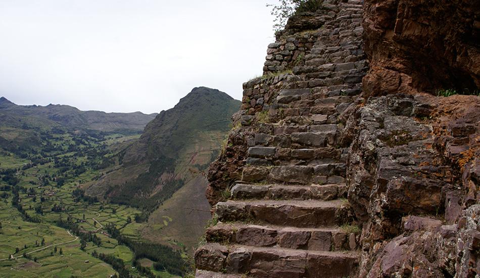 Ступени Инков, Перу В Мачу-Пикчу есть мощенная инками примерно 500 лет назад каменная лестница, ведущая вверх прямо по горе Уайна-Пикчу к Храму Луны, с которого открывается прекрасный вид на развалины древнего города. Администрация местного парка установила лимит на посещение — 400 человек каждое утро, — а также укрепила металлическими конструкциями самые ветхие участки лестницы. Но все равно нужно быть крайне осторожными, ведь с одной стороны лестницы влажная вертикальная стена, а с другой — пропасть, ведущая к реке Урубамба.