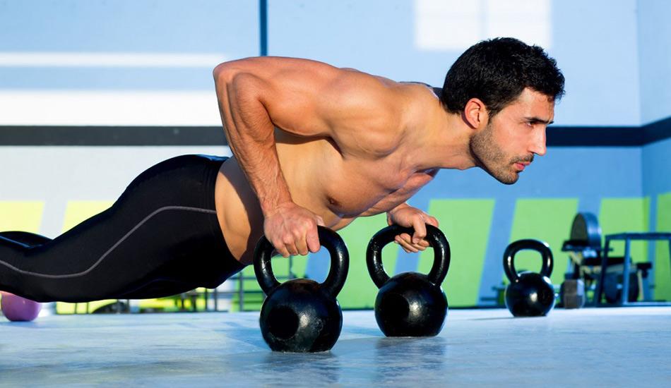 Тренируйте все тело Хорошие бегуны стараются равномерно прокачивать все части тела, ведь в организме все взаимосвязано. Туловище и кор-мышцы можно поддерживать в тонусе с помощью отжиманий, подтягиваний, упражнений на пресс и спину. Не стоит заниматься на тренажерах. Вместо этого сосредоточьтесь на пилатесе, альпинизме и упражнениях, развивающих гибкость, вроде йоги.