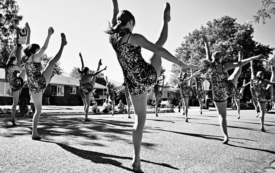 Работа над балансом Создание силы ног, растяжка и укрепление хороши, но бесполезны без развития навыков баланса. Для этого существует множество упражнений, которые развивают координацию и доводят навык баланса до автоматизма. Например, очень действенным является стояние на одной ноге с одновременным подтягиванием колена к груди. Упражнение следует совершать медленно, без резких движений. 20 повторов на каждую ногу ежедневно и уже через месяц страх падения забудется навсегда, а в общественном транспорте больше не нужно будет держаться за поручень.