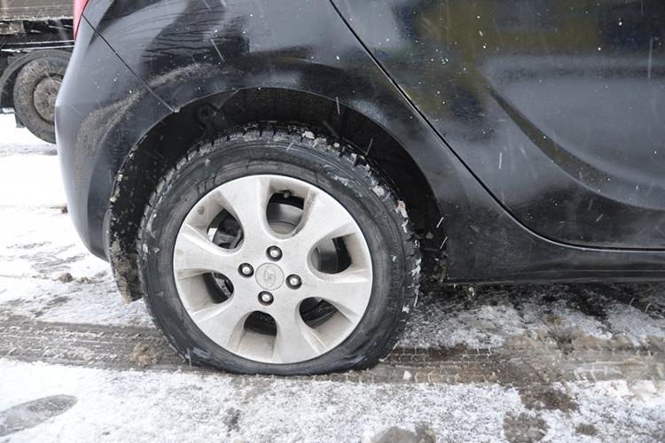Большее сцепление с поверхностью можно также создать, слегка приспустив давление в шинах. Но с этим нужно быть особенно аккуратным, если у вас с собой нет насоса.