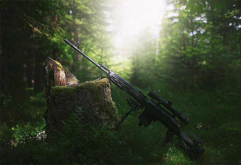 Снайперская винтовка Драгунова Самозарядная винтовка Драгунова — лучший образец продукции Ижевского машиностроительного завода. Это снайперское орудие было разработано с 1958 по 1963 год группой конструкторов под руководством Евгения Драгунова. За эти годы «Драгунов» неоднократно модифицировался и всё-таки немного постарел. В настоящее время СВД рассматривают как качественную, но штатную винтовку для линейного бойца, являющего снайпером в подразделении. Тем не менее на дистанции до 600 метров это по-прежнему грозное орудие для истребления живой силы противника.