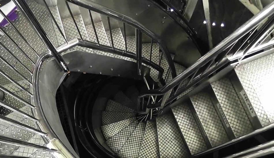 Статуя Свободы, США Если вы хотите насладиться видом, открывающимся из короны Статуи Свободы в Нью-Йорке, и при этом страдаете клаустрофобией, вам придется тяжело. Единственный путь туда идет через тесную винтовую лестницу в форме двойной спирали, где расстояние от ступеней до потолка всего 180 сантиметров. И вся она битком набита туристами. Самые стойкие могут пройти полный путь из 377 ступеней, что эквивалентно подъему на 20 этаж. Но эти подъемы — лишь приятное удовольствие после прохождения самого сурового испытания — заполучения билета на попадание в корону.