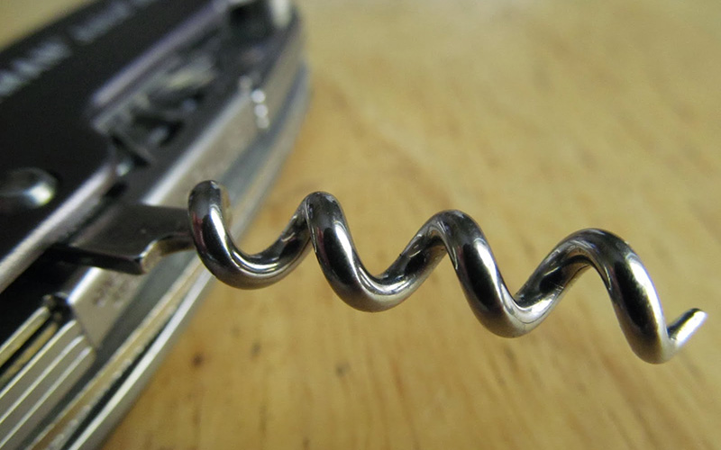 Штопор Если вам нужно почистить очень туго завязанную веревку, используйте штопор, чтобы развязать узлы. Воткните кончик в узел и слегка потяните за ручку, чтобы его ослабить.