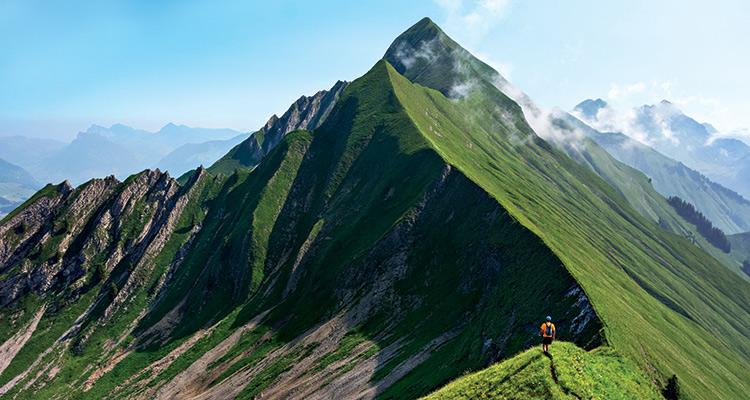 Взойдите на Швейцарские Альпы Швейцарские Альпы — это игра по-крупному. 25000 километров отборных горных троп явно не оставят вас без впечатлений. Одна из лучших — 25-километровая тропа Хардерграт — обеспечит вам повышенную дозу головокружительных горных пейзажей и поднимет более чем на километр над очаровательной коммуной Интерлакен.