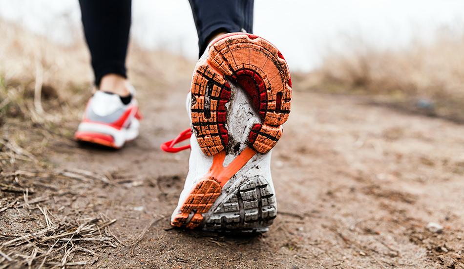 Носите правильную обувь Вторая наиболее распространенная причина травм у бегунов после бега по твердым поверхностям — это неправильный наклон стопы и неустойчивая обувь. Чем больше вы бегаете, тем более надежная поддержка нужна вашим ногам.
