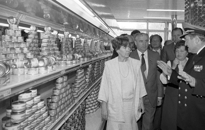 В послевоенном СССР тушенка, как и многое другое, была дефицитным продуктом. Производство контролировалось, а продукция в первую очередь шла на нужны армии и других объектов ВПК. Когда ее срок годности — от трех до шести лет — подходил к концу, тушенка поступала в свободную продажу, откуда нещадно расхватывалась рядовыми потребителями. Благосостояние семьи тогда нередко определялось наличием в дальнем углу шкафа неприкосновенного запаса, состоящего из сгущенки, тушенки, шпротов и растворимого кофе. Получить эти категории продуктов можно было либо по талонам, либо по спецзаказам для особо привилегированных слоев населения.