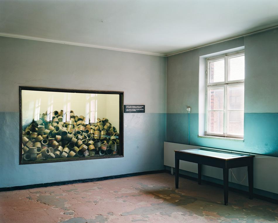 Государственный музей Аушвиц-Биркенау, Польша Музей в польском городе Освенцим, посвященный убийствам в концлагерях во время Второй мировой войны, включает в себя три основных концентрационных лагеря: Аушвиц 1 (Освенцим в переводе с немецкого), Аушвиц 2 и Аушвиц 3. Лагеря были переоборудованы в музей в 1947 году, а в 1979 — включены в список Всемирного наследия ЮНЕСКО. Ежегодно музей, в котором также проходят исследования Холокоста при нацистском режиме, посещает более миллиона туристов. Над входом в лагерь посетителей встречает известная надпись «Труд освобождает». В жестяных контейнерах за стеклом на фото — пестицид Циклон Б, которым убивали людей в газовых камерах. Одна из подвальных камер и крематорий были впоследствии воссозданы из оригинальных деталей в качестве памятника жестокости нацистов.