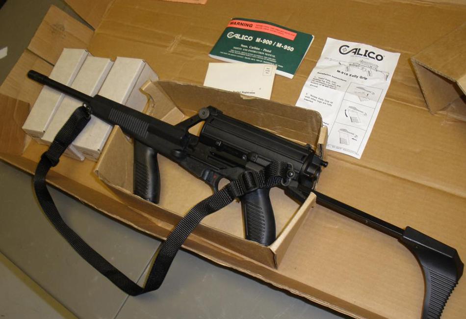 Calico M951S После отечественных образцов пора перенестись в США, где в 1990 году была разработана винтовка Calico M951S, отлично поражающая цели на средних расстояниях. Ее особенности — высокая скорострельность и чрезвычайно емкий магазин, способный вместить до 100 патронов. Что, впрочем, неудивительно, ведь модель была создана на базе пистолета-пулемета Calico M960.