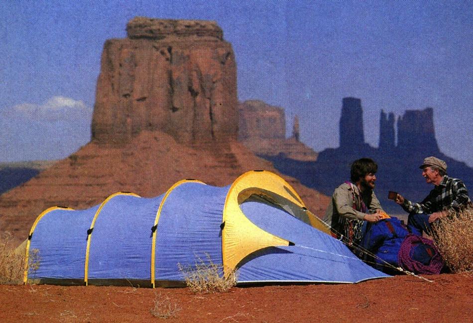 Эпоха мембраны. В outdoor-индустрии мембранные материалы прежде всего начали применяться именно в производстве палаток (а не одежды или обуви) еще в середине 1970-х. Здесь на помощь инженерам пришел недавно изобретенный политетрафторэтилен (также известный как тефлон). Он стал основой для множества мембранных тканей, определив развитие палаточной индустрии на десятилетия вперед.