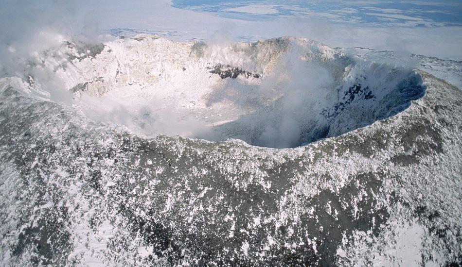 Эребус, Антарктида Полюбоваться этим озером уже будет задачей не из легких, ведь окружающая температура может достигать -60 градусов. Внутри этого одного из пяти лавовых озер на планете температура в районе 1700 градусов. От остальных четырех аналогов Эребус отличает разве что расположение на континенте, которому, прямо скажем, не свойственны слишком высокие температуры. А вообще Эребус — это второй по величине вулкан на Антарктиде, который постоянно извергается, начиная с 1972 года.