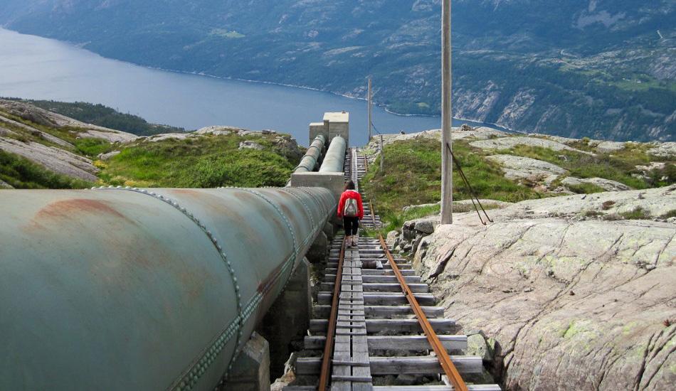 Лестница Флорли, Норвегия Гидроэлектростанция Флорли в Норвегии — отправная точка для крайне захватывающего хайкинг-маршрута вокруг Люсе-Фьорда, и местная лестница заставит вас нервничать по двум причинам. Во-первых, в ней 4444 ступеней, которые уходят вверх на более чем 800 метров, а во-вторых, это самая длинная в мире лестница, целиком и полностью сделанная из дерева. Так что стоит обращать особое внимание на каждый хруст и треск.