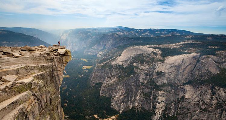 Насладитесь видом со скалы Хаф-Доум Преодолейте свой страх высоты и поднимитесь на два с половиной километра на один из символов Национального парка Йосемити в американской Калифорнии. Здесь вам откроется один из самых потрясающих видов во всей Северной Америке. Ночное восхождение обычно стартует от площадки Толум Мидоуз неподалеку от озер у подножия скалы.