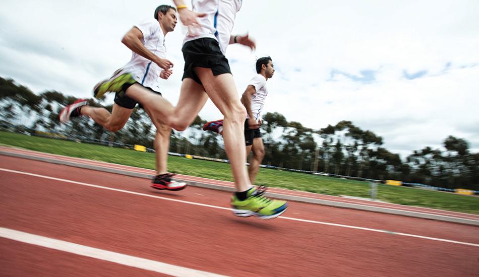 Оттачивайте мастерство движений Каждой движение, которое делает ваше тело, должно вести вас вперед. Если ваши руки работают неправильно, а шаги слишком большие, вы быстро потеряете силы. Ваша осанка должна быть прямой, а ступающая нога должна касаться земли прямо под вами.