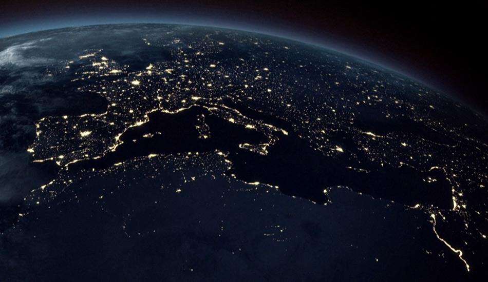 Земля из космоса К сожалению, абсолютное большинство жителей Земли не могут насладиться этим видом воочию, но даже фотографии нашей планеты из космоса могут быть достаточно захватывающими. Первая подобная фотография была черно-белой и была сделана в 1947 году на 35-миллиметровую камеру. Нынешняя спутниковая съемка, конечно, продвинулась гораздо дальше в плане реалистичности изображения. Остается надеяться, что проекты вроде Space X уже в обозримом будущем сделают космический туризм вполне реальным и доступным явлением.