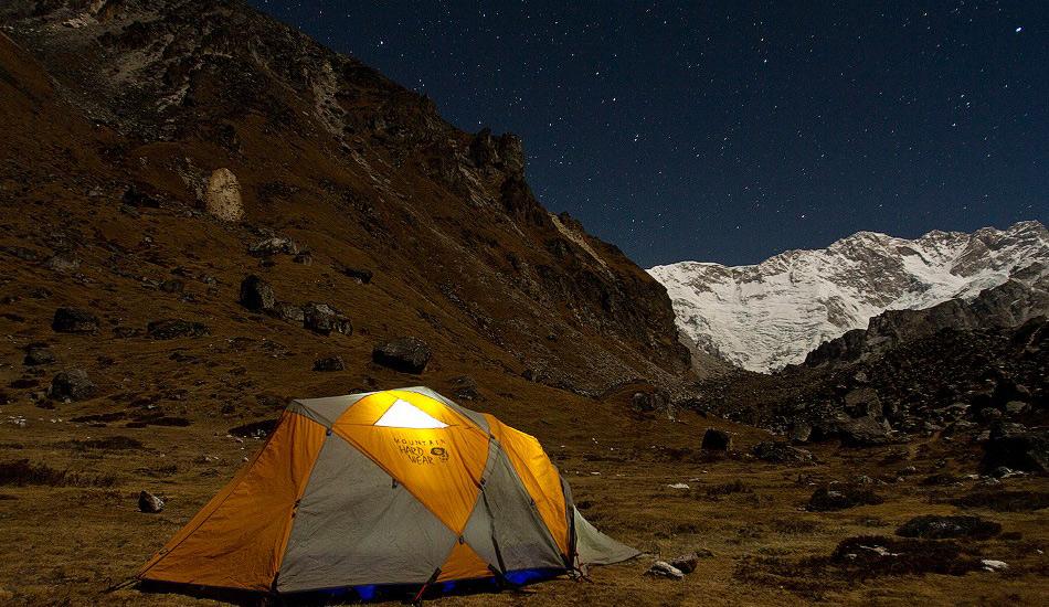 Великая гималайская тропа, Непал Дистанция: 1700 километров Самая длинная и самая высокая горная тропа в мире, пересекающая весь гималайский хребет от Кашмира до Тибета. Этот маршрут для самых амбициозных хайкеров проходит по территориям Индии, Непала и Бутана. Непальский участок — наиболее сложный и сам по себе является серьезным вызовом даже для сверхопытных пеших туристов. Особое удовольствие — наблюдать за отдаленным непальскими деревушками, расположенными на склонах гор и холмов на высоте пары тысяч метров. Сюда стоит отправляться только имея опыт горного восхождения, потому что тропа поднимается до невероятных 6146 метров.
