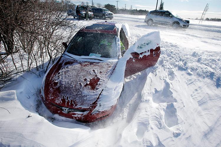 Первое правило клуба застрявших в сугробе — не пытайтесь выехать из него на скорости. Ваш автомобиль в этом случае начнет рыть яму под себя вплоть до льда, после чего выбраться станет гораздо сложнее. Как бы ни хотелось оставаться в салоне, вам все же придется выйти из машины и осмотреть место пробуксовки.