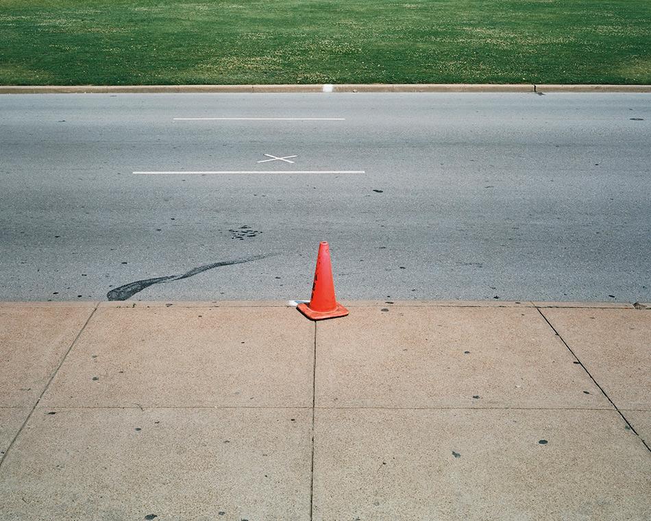 Дили Плаза, США Дили Плаза — район в городе Даллас в американском штате Техас, где 22 ноября 1963 года был убит президент Джон Кеннеди. В 1993 году Дили Плаза был признан Национальным историческим памятником США. Это было сделано для того, чтобы сохранить все исторические места и здания, которые имели отношения к тем трагическим событиям. Сегодня Дили Плаза - популярное место для фотографирования среди туристов. Двумя белыми крестами на асфальте отмечены места, где президента настигли пули убийцы. Вычислить их удалось благодаря известной видеозаписи очевидца Абрахама Запрудера. На 6 этаже здания книгохранилища, откуда, согласно официальной версии, вел огонь убийца Ли Харви Освальд, устроен небольшой музей. Убийство Кеннеди и спустя более полувека остается одной из главных тайн 20 столетия. Согласно опросам, около 60% американцев считают, что гибель президента стала результатом заговора, и лишь 24% верят, что Освальд был убийцей-одиночкой.