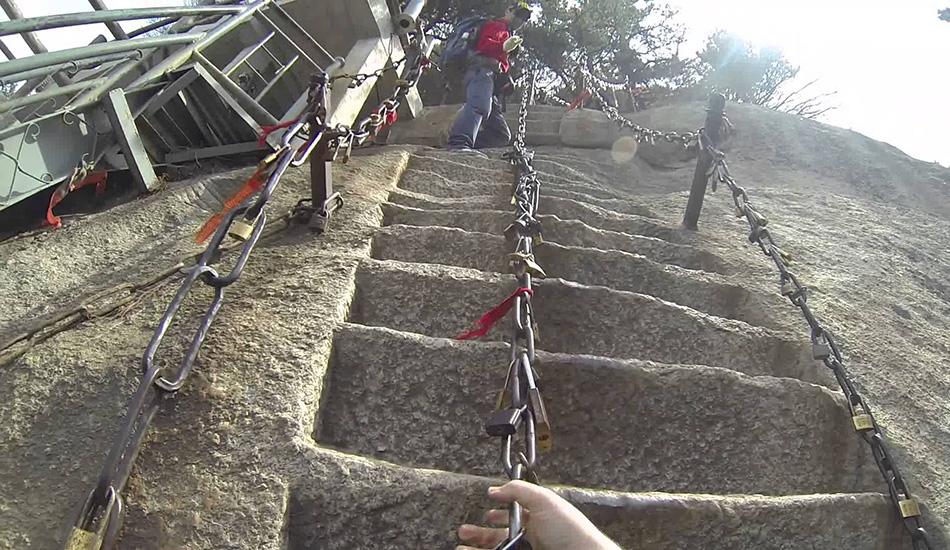Небесная лестница на гору Хуашань, Китай Точного количества ступеней, вырезанных прямо на поверхности горы Хуашань, одной из пяти священных гор даосизма в Китае, никто не знает. Вероятно, потому что каждый, кто когда-либо пытался вести счет, сбивался с него из-за головокружительных условий и страха смерти. После того, как вертикальное восхождение закончится, вас ждет не менее адская горизонтальная прогулка — дорожка шириной всего в три доски, прибитых прямо к вертикальному склону горы и лишь одна цепь, за которую можно держаться. После этого — снова череда извилистых ступеней. Когда вы наконец дойдете до вершины Хуашань, вы узнаете, что «небеса»—это труднодоступный чайный домик с потрясающим видом.
