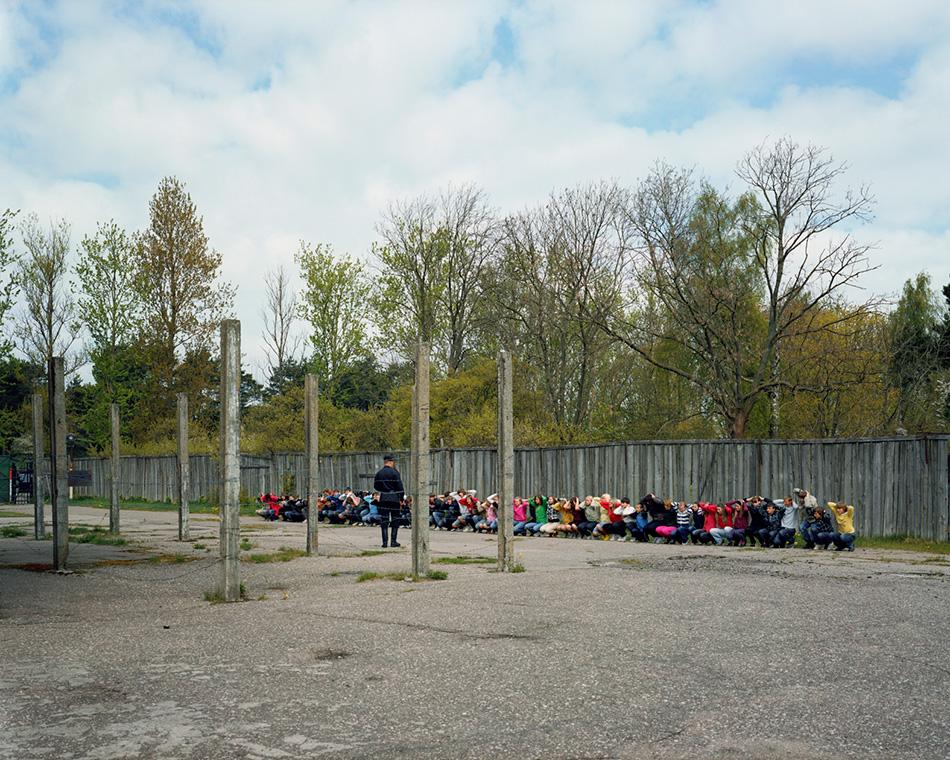 Военная тюрьма Karostas Cietums, Латвия Здание военной тюрьмы, или гауптвахты, Karostas Cietums почти не менялось с момента ее постройки в 1900 году. Мрачное место, где на протяжении столетия ломались человеческие судьбы, принимало последних заключенных в 1997 году. С тех пор царская тюрьма превратилась в настоящий туристический аттракцион, где спектр предлагаемых услуг варьируется от обычных экскурсий по аутентичным тюремным камерам до настоящих театрализованных представлений, участие в которых могут принять сами посетители. На сайте музея даже предлагается провести в тюрьме дни рождения, свадьбы, мальчишники, девичники и различные корпоративные мероприятия.