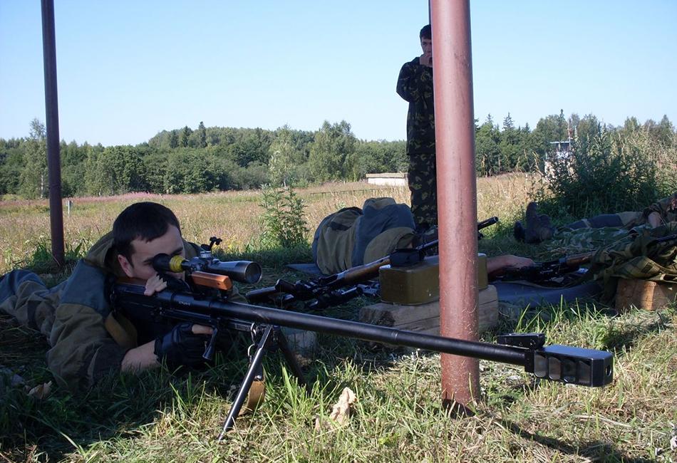 АСВК АСВК, или крупнокалиберная армейская снайперская винтовка, была разработана в СССР еще в конце 1980-х. Эта 12-килограммовая винтовка способна поражать легкобронированную и небронированную военную технику на расстоянии до километра. Про поражение человека можно даже и не говорить — выпущенная из этого орудия пуля пролетит полтора километра со скоростью примерно 850 метров в секунду.